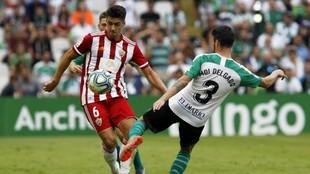 César de la Hoz disputa el balón con  Moi Delgado durante el partido...