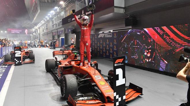 Vettel celebra su victoria en el Gran Premio de Singapur.