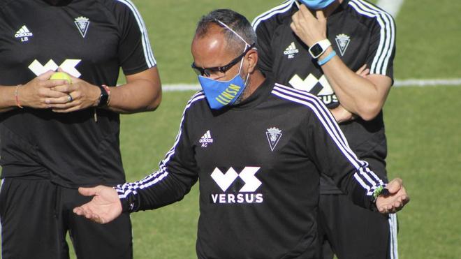 Álvaro, durante un entrenamiento con el Cádiz.