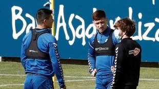 Chimy Ávila conversa con compañeros en un entrenamiento de Osasuna