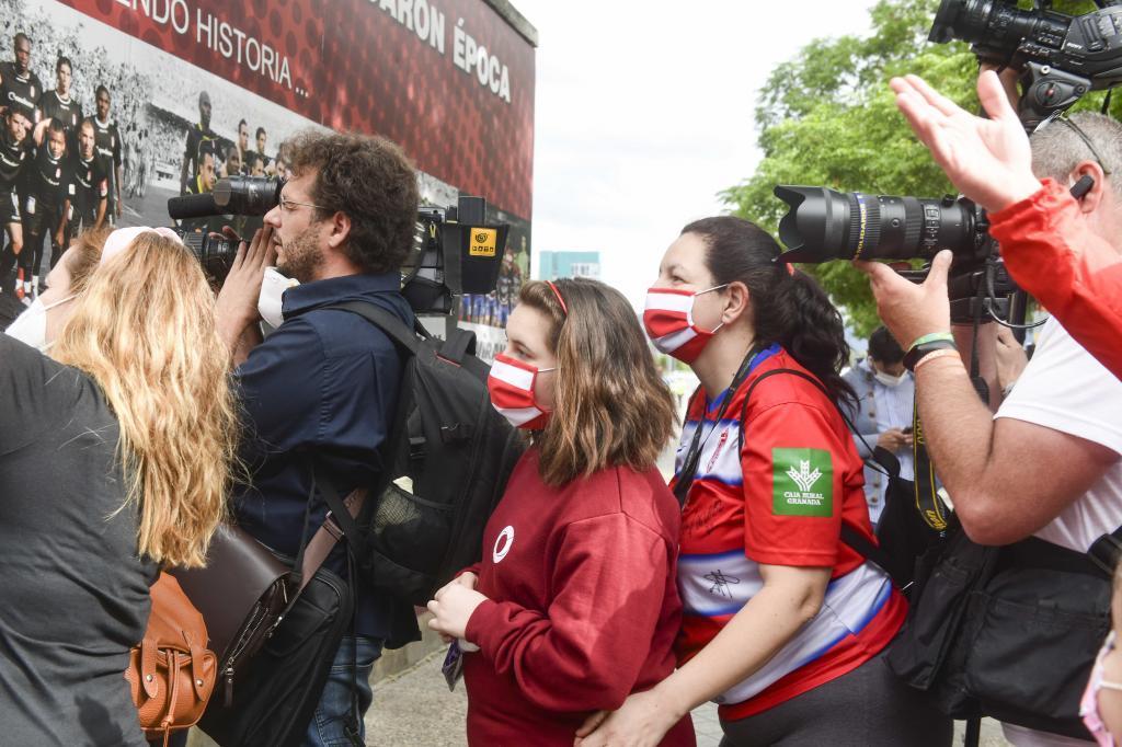 Aficionados del Granada en las proximidades del estadio de Los Cármenes.