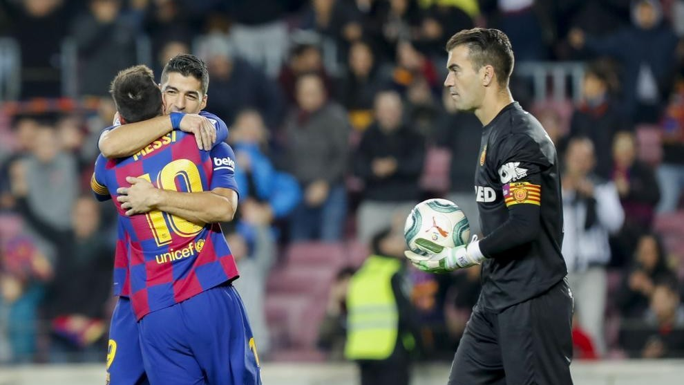 Luis Suárez y Messi se abrazan en partido de ida contra el Mallorca