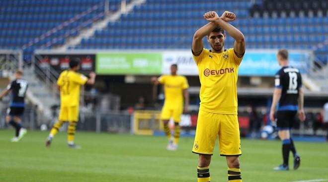 Achraf Akimi (21) hace un gesto por George Floyd, en el partido ante...