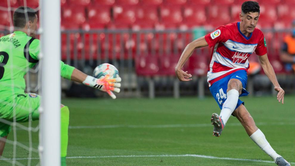 Carlos Fernández marca el gol de la victoria del Granada ante el...