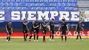 Los jugadores del Huesca celebran uno de sus dos goles en La Rosaleda