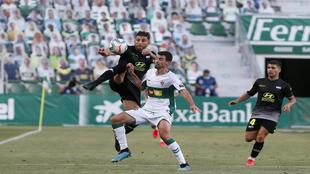 Zarfino y Medina disputan un balón en el Martínez Valero ante los...