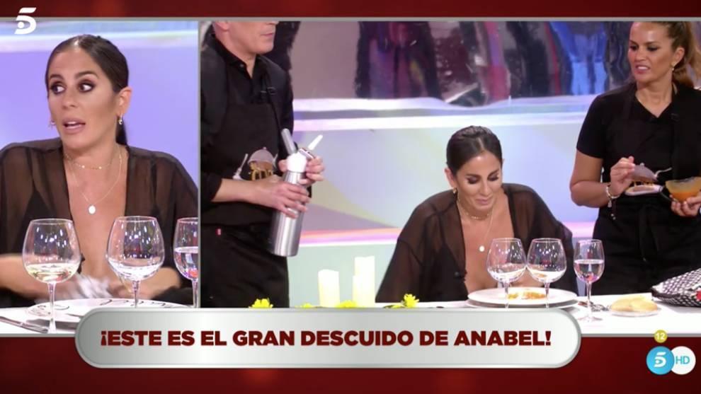 Anabel Pantoja muestra un pecho por error en La ultima cena.