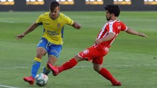 Jairo Izquierdo y Eric Curbelo luchan por hacerse con el balón en un...