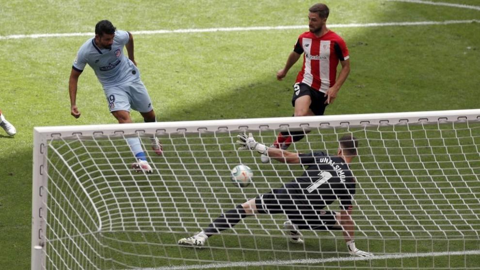 Diego Costa marca ante Unai Simón.