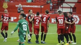 Los jugadores del Mirandés celebran uno de los dos tantos ante la...