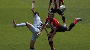 Saúl disputa un balón con Yeray.