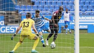Eneko Boveda remata ante Mariño en lo que pudo ser el gol del...
