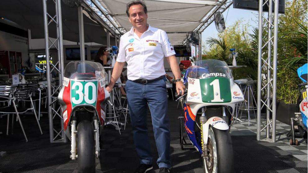 Sito Pons, con dos de sus motos de cuando fue piloto.