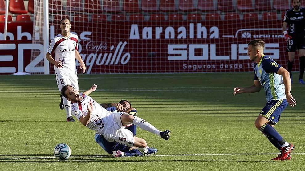 Benito cae derribado por un jugador del Almería en el Carlos Belmonte