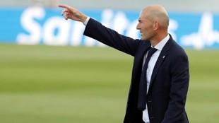 Zidane, dando órdenes durante el partido ante el Eibar.