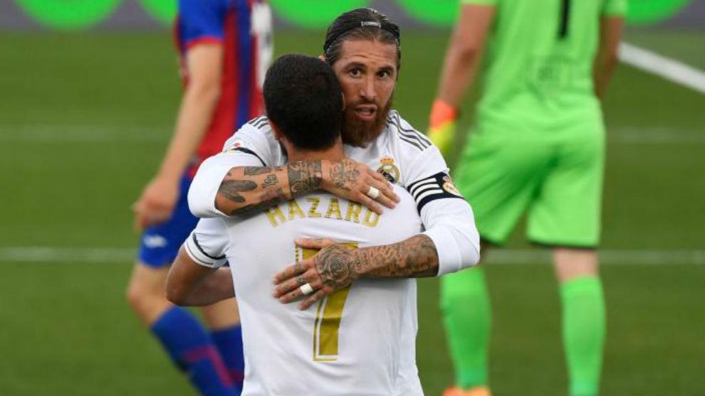 Ramos y Marcelo se abrazan tras uno de los goles blancos.