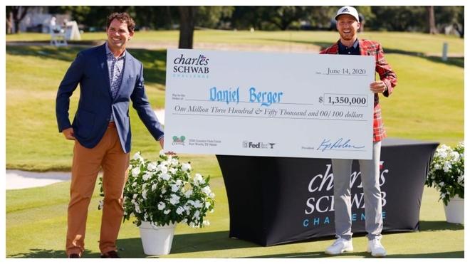 Daniel Berger posa con el cheque de ganador en el Colonial