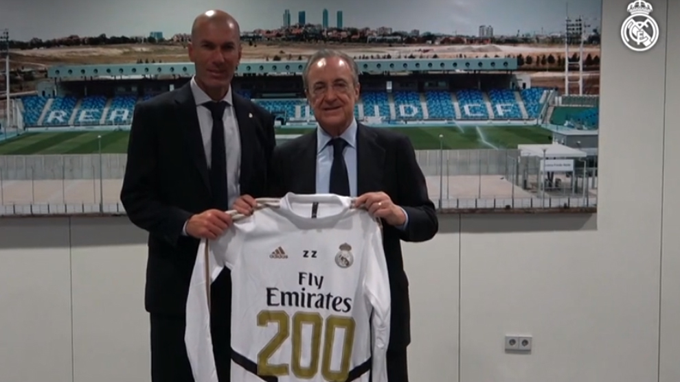 Perez hands Zidane a commemorative shirt for his 200th game in charge.