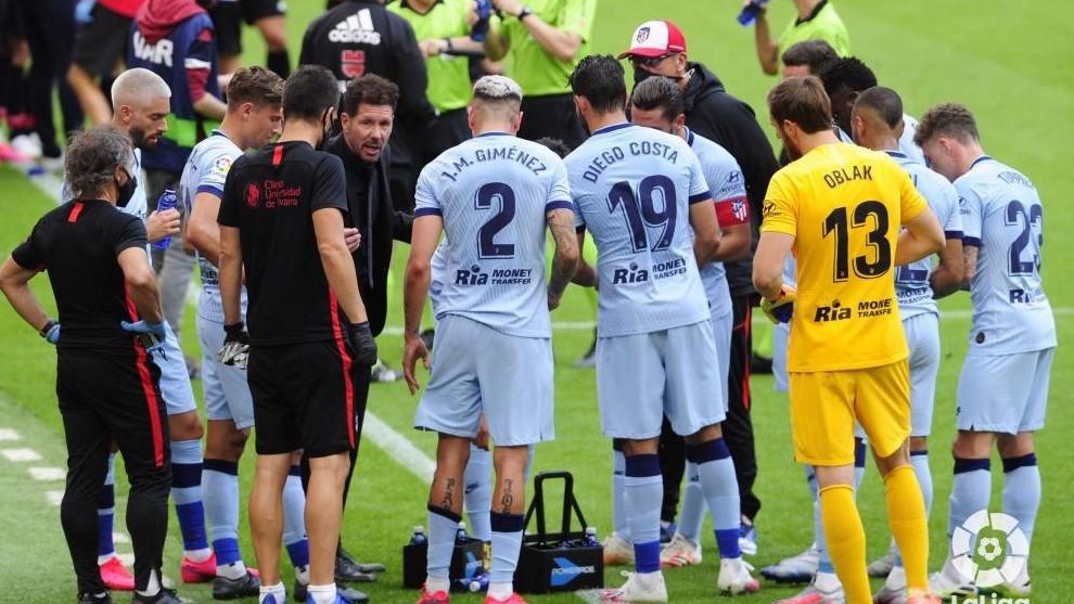 Simeone da instrucciones a los jugadores en San Mamés.