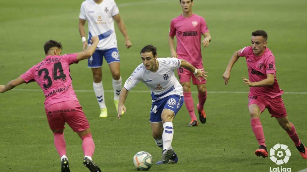 Luis Muñoz e Ismael Casas intenta frenar la carrera, con balón...