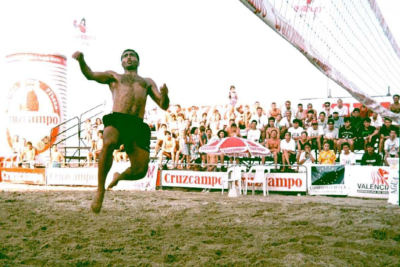 El jugador valencianista en uno de los innumerables partido del fútbol playa que jugó en su época en lt;HIT gt;Valencia lt;/HIT gt;