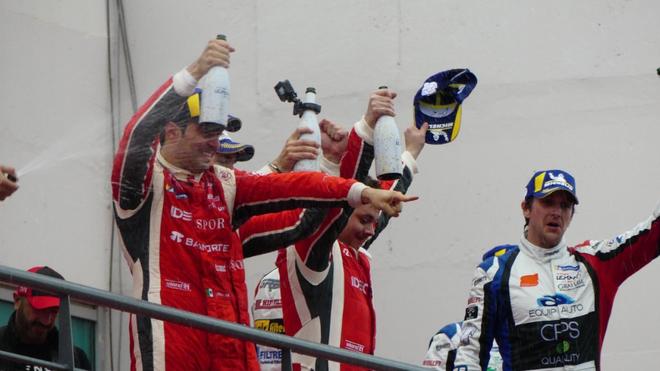 Memo Rojas festeja un triunfo.