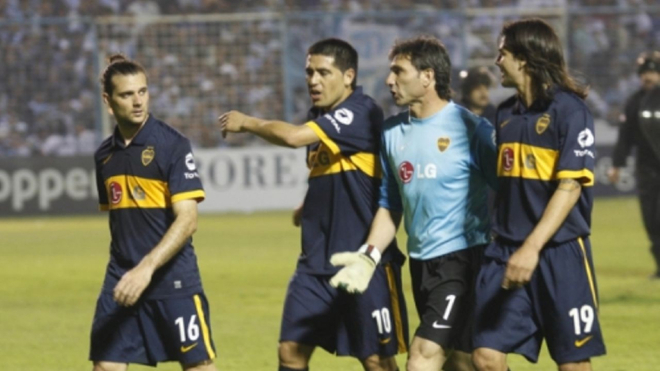 Guillermo Marino (16) junto a Riquelme y el Pato Abbondanzieri en un...