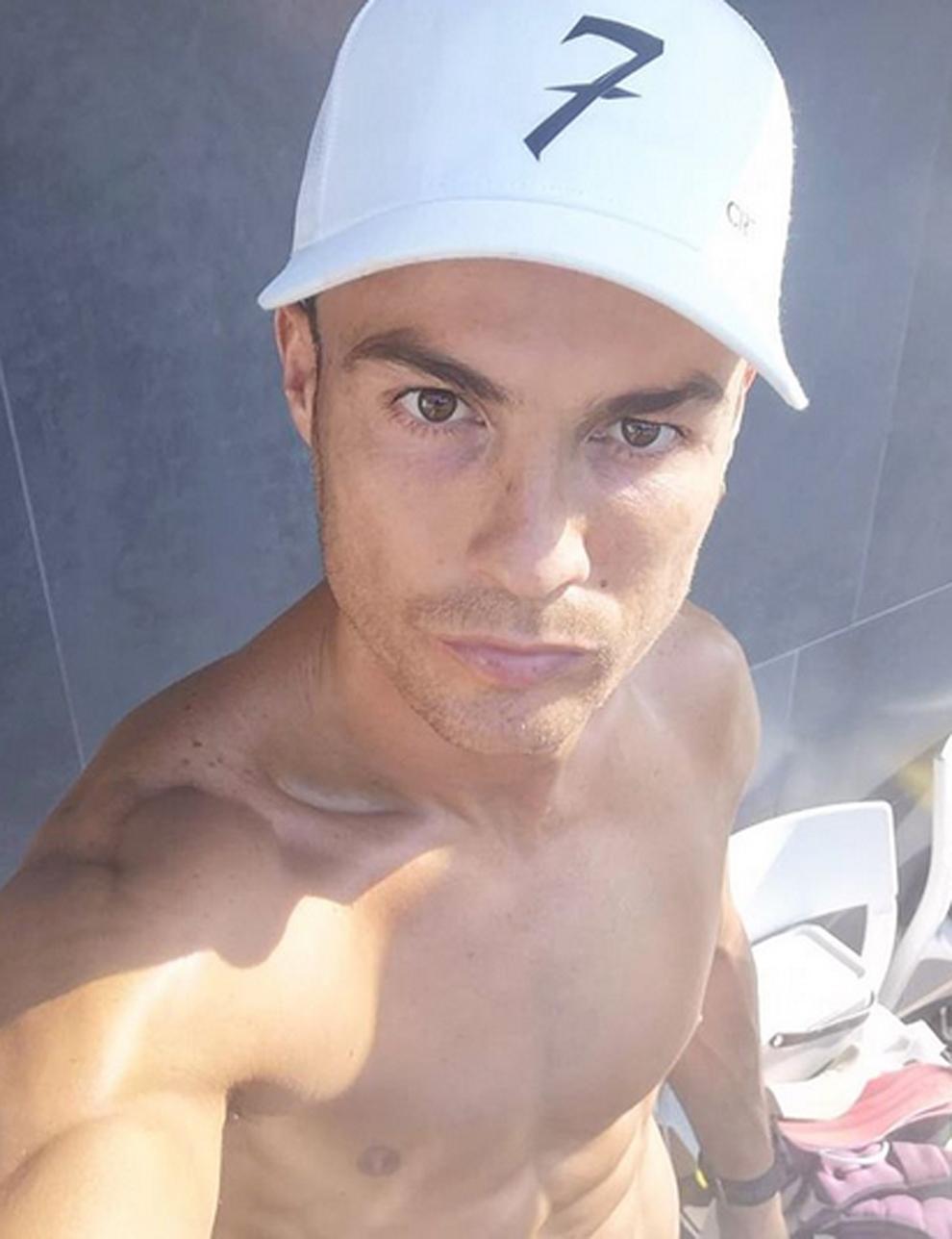"""Cristiano Ronaldo luciendo su torso al sol: """"Tomando un poco de..."""