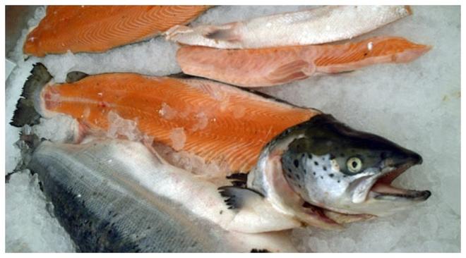 Una especie de salmón en venta en un mercado.