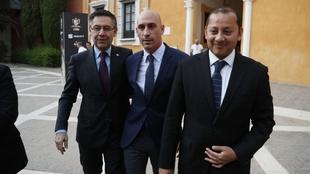 Murthy junto a Rubiales y Bartomeu antes de la final de Copa en...
