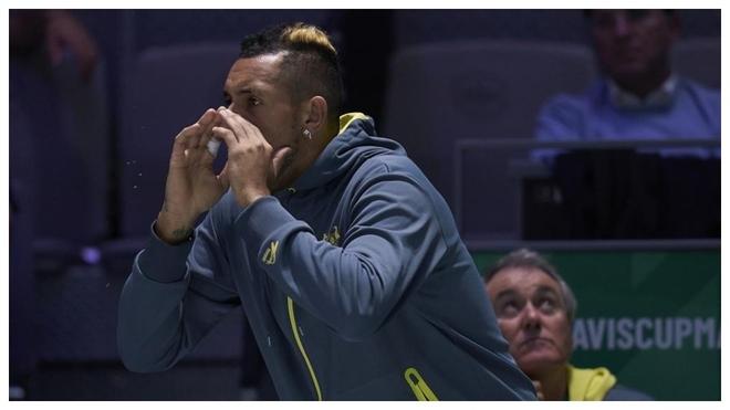 Kyrgios anima durante un partido de la Copa Davis.