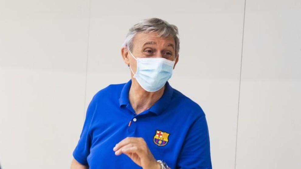 Svetislav Pesic, entrenador del Barcelona, con la mascarilla tras un...