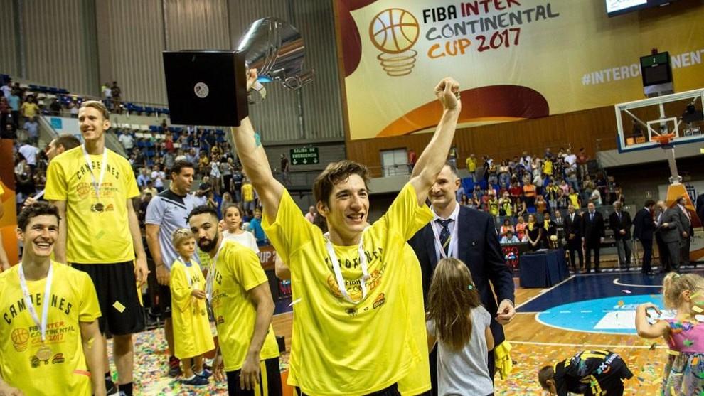 Richotti levanta el título de campeón de FIBA Champions de 2017.