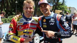 Dani y Jan felicitándose a final de rally por sus respectivas...