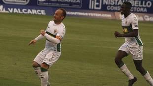 Nino celebra el tanto del elche  en El Toralín, su primer gol con......