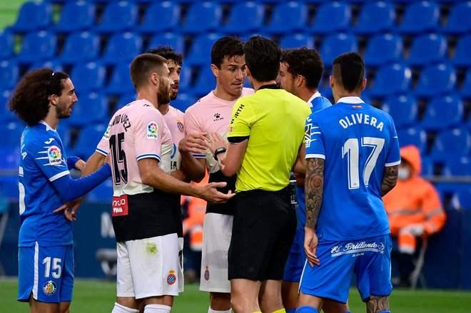 Espanyol's Colombian defender Bernardo Espinosa (C) argues with the...