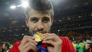 Piqué con la medalla de campeón del mundo