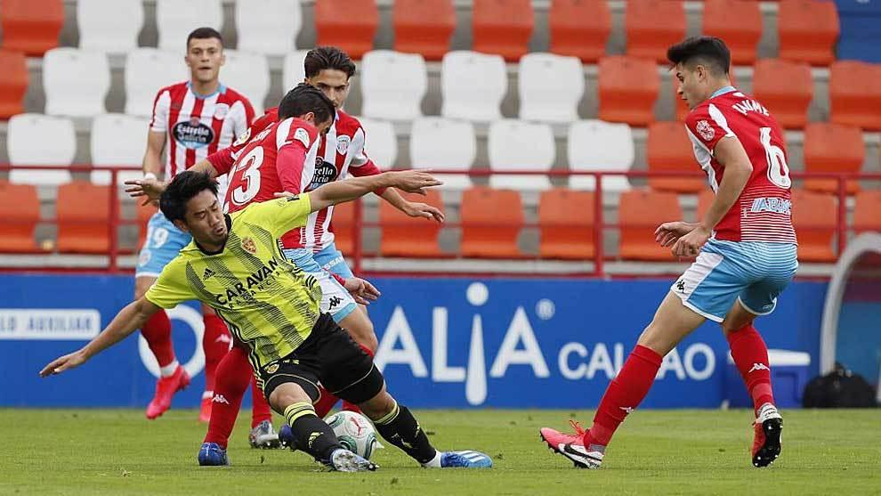 Kagawa, el mejor del partido y autor del primer gol, cae con el balón...