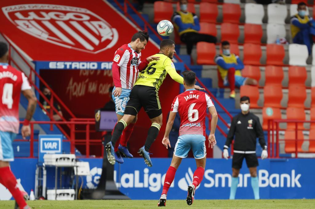 Josete y Luis Suárez disputan un balón aéreo en el Anxo Carro