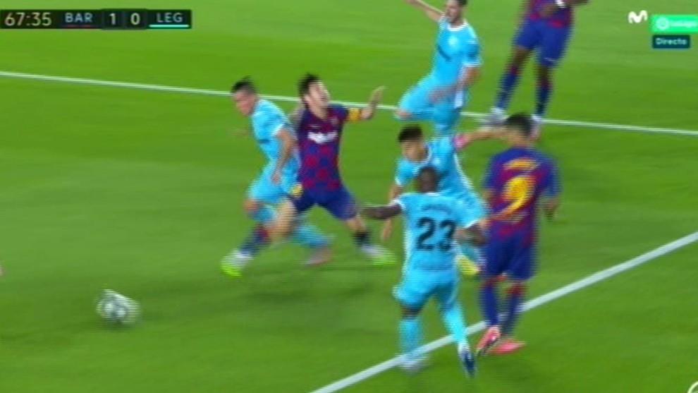 """""""No es penalti a Messi, hay un contacto que no es suficiente"""""""