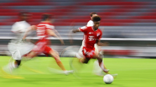 Coman avanza a toda velocidad durante un partido.