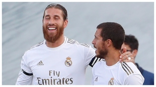 Sergio Ramos y Hazard celebran el 2-0 ante el Eibar.