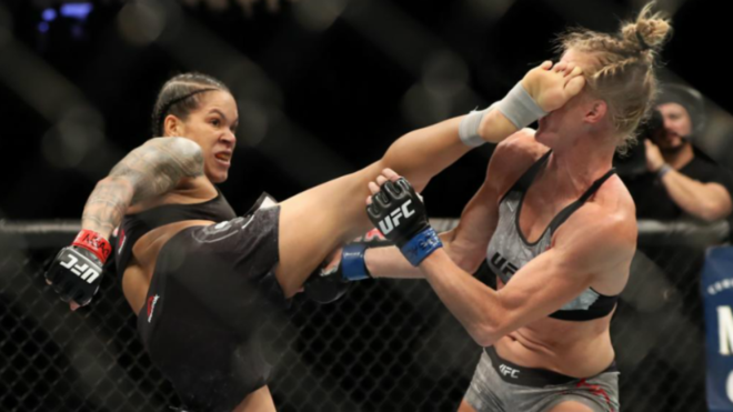 Amanda Nunes golpea a Holly Holm en su combate de 2019.