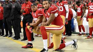 Jugadores de San Francisco 49ers, arrodillados