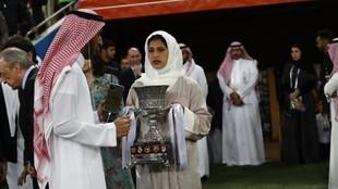 Acto de entrega de trofeos de la final de la Supercopa disputada en...