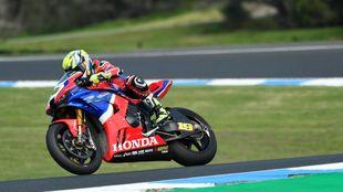Bautista sobre su nueva Honda de Superbike.