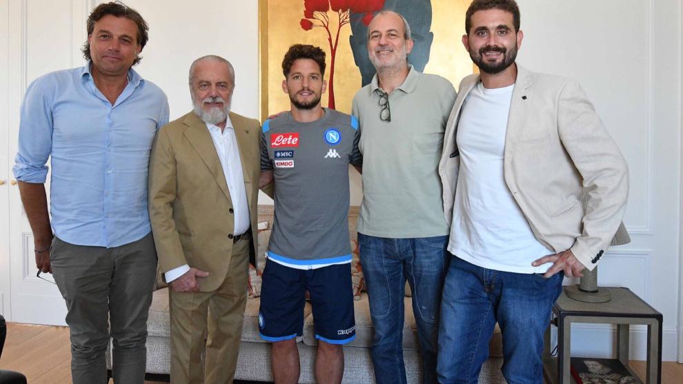 Mertens junto a De Laurentiis y gente del staff del Nápoles.