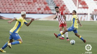 Fede Varela intenta frenar que Kaptoum  arranque con el balón...