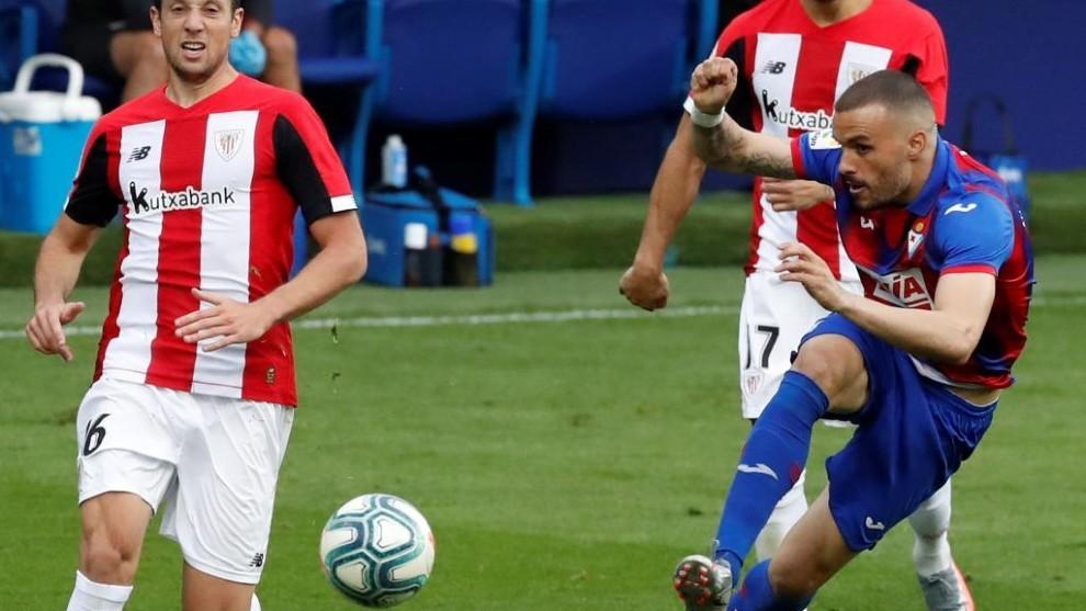 Pedro León remata en posición acrobática durante el partido ante el...