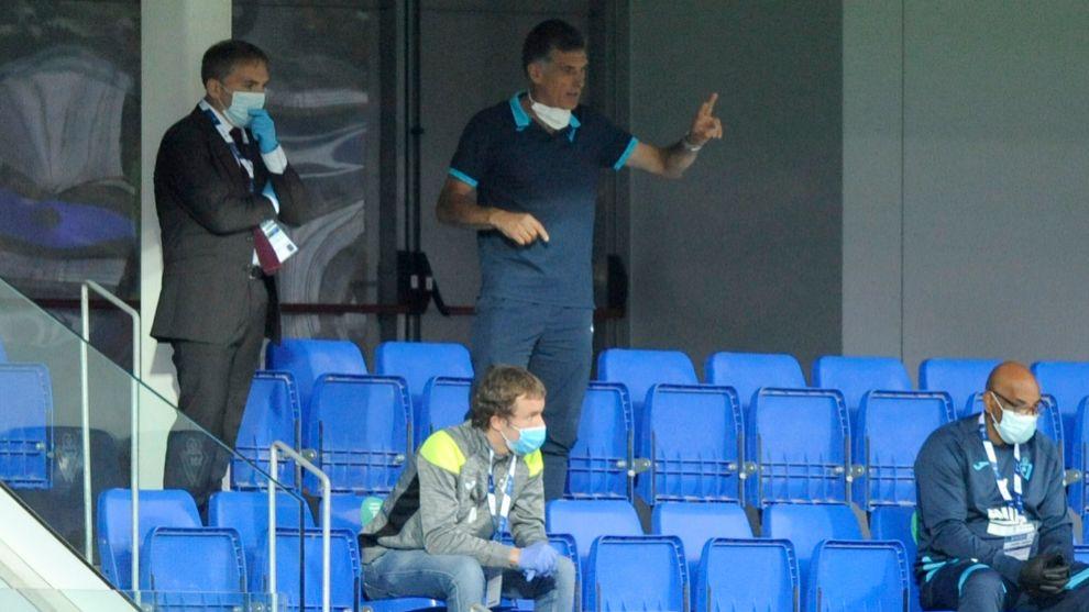 Mendilibar siguió el partido desde la tribuna tras su expulsión.